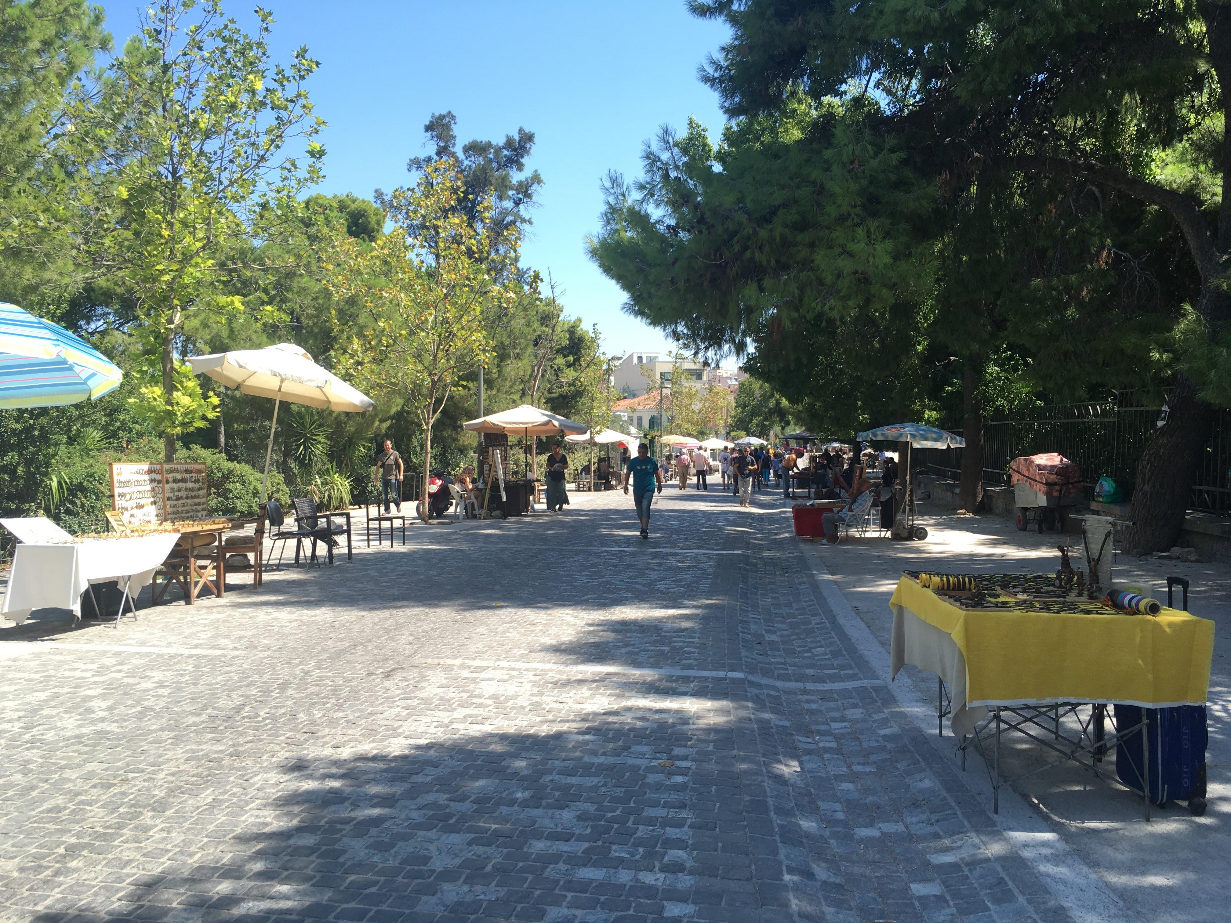 Calle Ag Asomaton con puestos de souvenirs