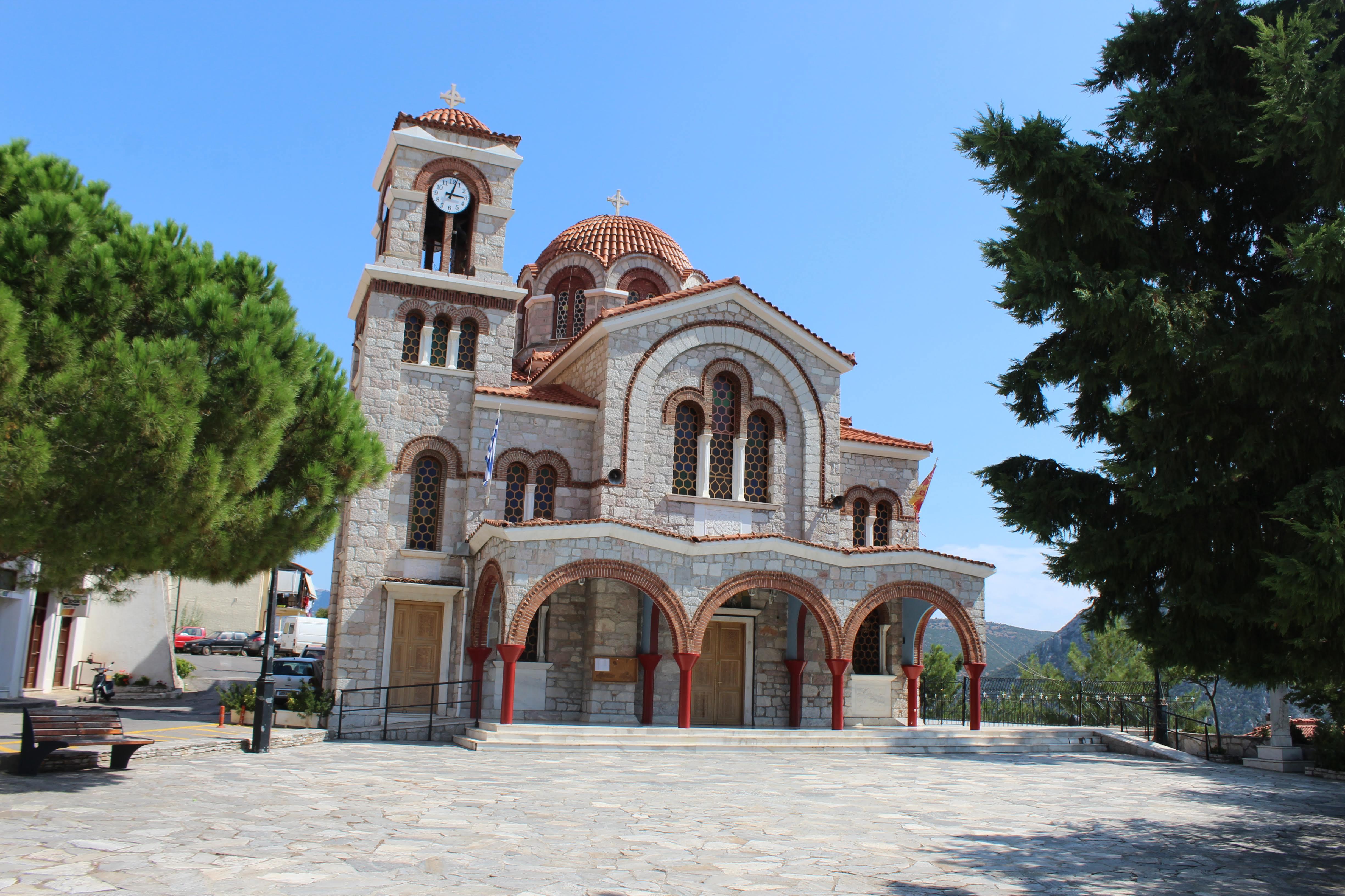 Iglesia en el pueblo de Delfos