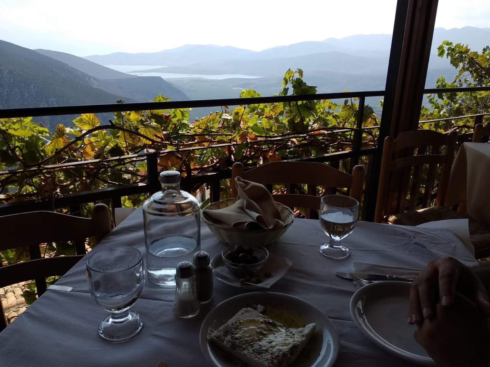 Vistas desde el restaurante Epikourus de Delfos